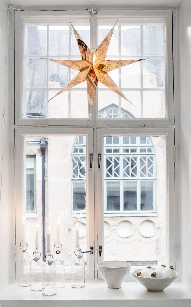 Täällä asuu joulu! Juhlava asetelma syntyi Granitista ostetusta joulutähdestä, Annan ystävän, keraamikko Leena Mäki-Patolan tekemistä kulhoista sekä vanhoista ja Ikeasta hankituista lasipulloista. Vastapäisen talon seinä tarjoaa hurmaavan taustan asetelmalle.