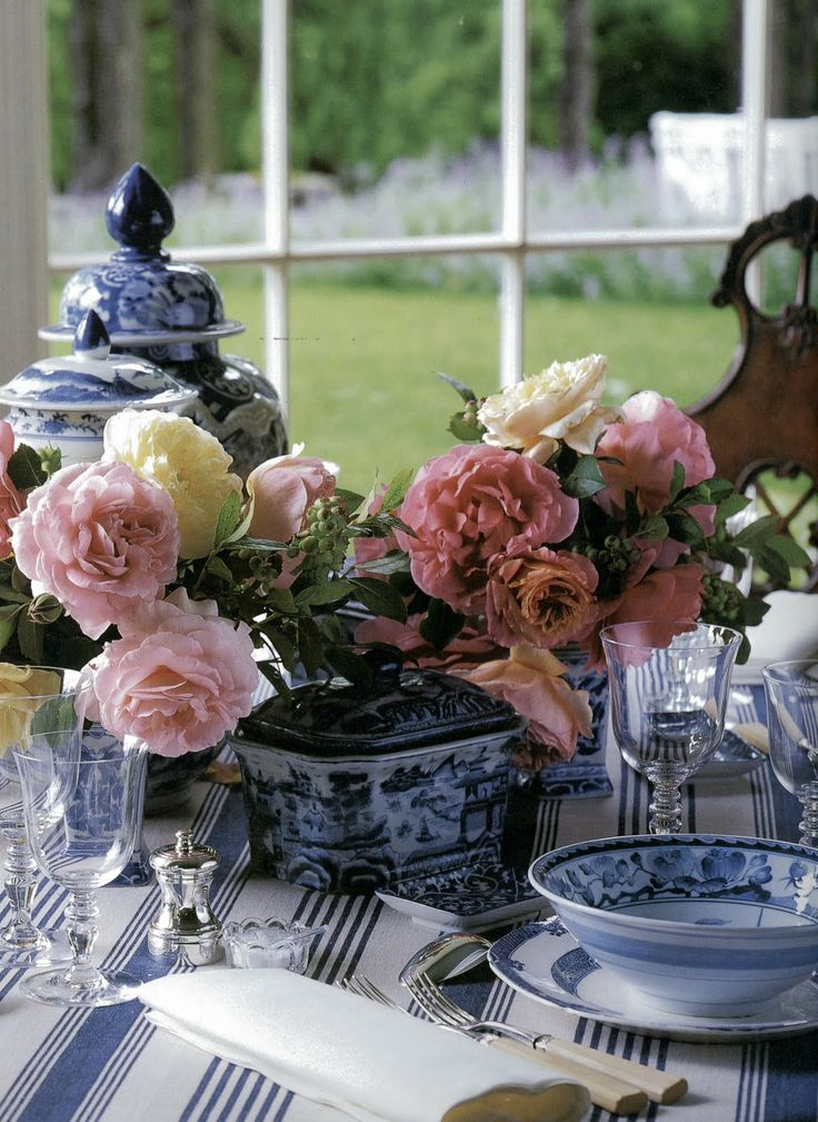 Carolyne Roehm: Pink Flowers, Tables Sets, White Tables, Carolynroehm, Interiors Design, White Decor, Carolyn Roehm, Pink Rose, Blue And White