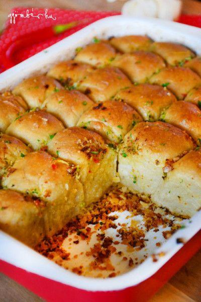 Jamie Oliver fűszervajas-fokhagymás kenyér receptje