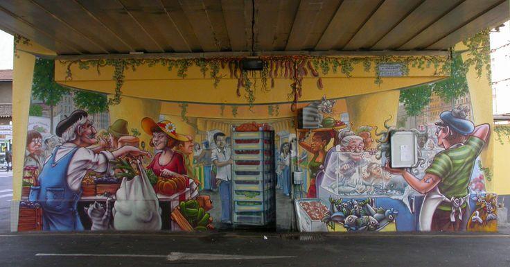 PONT SNCF MARCHE DE L'ESTACADE Grenoble,  800x350 cm ©2007 par Nessé et Besok d'Amsterdam -  Fresque murale représentant une scène animée du marché.                                                                                            ***Art figuratif, Illustration, Paysage urbain, Transport, trompe l'oeil, marché de l'estacade, ouvrage d'art ferroviaire, besok, nessé, fresque, mur peint, graffiti, pont SNCF, sernam, marché central, avenue de vizille, grenoble, amsterdam, street art***