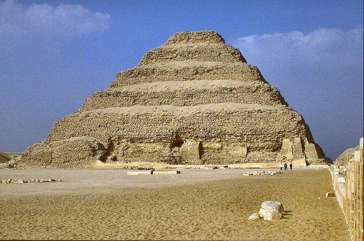 AUTORE:Ignoto NOME:Piramide a gradoni di Djoser DATAZIONE: 2650 a.c. circa MATERIALE E TECNICA: Struttura in pietra LUOGO DI CONSERVAZIONE: Saqqara (necropoli)