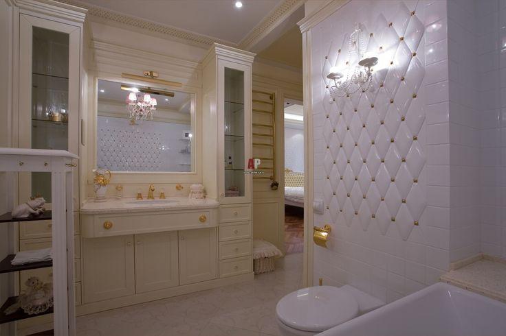 Дизайн классической совмещенной ванной комнаты в нежных белых тонах в сочетании золотыми аксессуарами и золотым смесителем для раковины. #дизайн_ванной_комнаты #классическая_ванная_комната #золотая_ванная_комната #смеситель_для_раковины #нежная_ванная_комната #совмещенная_ванная_комната #мебель_для_ванной_комнаты #белая_мебель_для_ванны