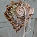 2 Herzen zur Fensterdeko... Derbe Äste, zarte Rosen, weiße Blüten, alte Schrift... Organza, Band und Perlen... Ein toller Hingucker für dein zu Hause... Herz: 12x16cm 1mal 60cm lang 1mal...