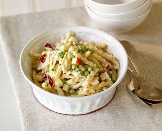 Alle lieben Nudelsalat! Vor allem diesen mit Erbsen, Apfel, Bergkäse und frischer Joghurt-Mayo.