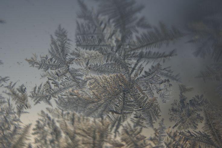 Iskristaller på fönsterruta.