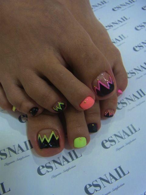 Amazing toes. #Neon #Black #Zigzag