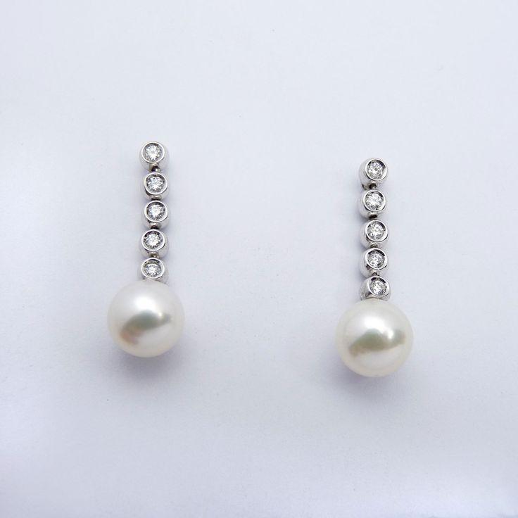 Arracades d'or blanc de 18q, deu diamants talla brillant i dues perles