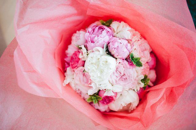 Ett bröllop på Marstrand; blå himlar och rosa pioner.