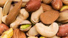 Noix sont des fruits secs très énergétiques qui tonifient les muscles et boostent la concentration. Elles réduisent aussi le taux de mauvais cholestérol en plus de fournir du fer et du magnésium au corps. Elles sont donc des alliées de choix pour réduire le risque de maladies cardio-vasculaires