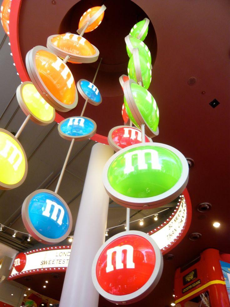 Fonte di divertimento e golosità per grandi e piccini, strutturato su quattro piani l' M&M's World è il paradiso per gli amanti del cioccolato e non solo. Una vera e propria fabbrica di cioccolato,dove si possono trovare tutti i tipi di gadget e tutti i tipi di M&M's! Un paradiso per i golosi! Impossibile non comprare nulla!