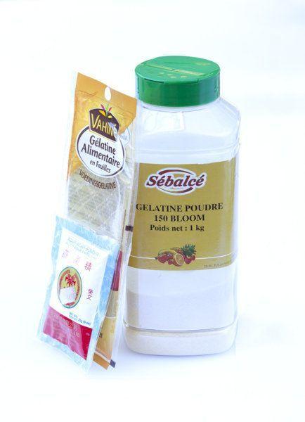 équivalence gélatine agar-agar Son pouvoir de gélification est 8 fois supérieur à celui de la gélatine. 1g d'agar = 8g de gélatine. Classiquement il faut 2gr d'agar pour ½ litre de liquide. Le dosage doit être précis. En outre,  le résultat est souvent différent. La gélatine permet d'obtenir des consistances crémeuses, alors que la texture obtenue avec l'agar-agar est plus ferme voire même craquante.