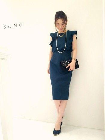 ラメ入りの生地の上品な印象のドレス。ウエスト位置が高く、スタイルアップ効果もあり、とっても素敵。ブラックのバッグとパンプスでシックにまとめられています。