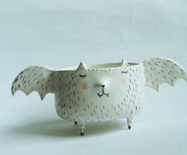 Clay Opera est le nom de la boutique Etsy de l'artiste et céramiste polonaise Marta Turowska. Elle crée une multitude de petits objets à la main, chacun est conçu avec un tour de potier, puis peint.  Sa spécialité reste la conception d'objets pour l'art de la table comme des bols, assiettes et plats, le tout en forme d'animaux mignons. Ainsi, chats, loups, hérissons, renards et même créatures mythiques sont mis à l'honneur dans la poterie de Marta.