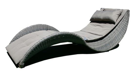 La tumbona Lorenza imitación mimbre conjuga de manera elegante, curvas y lineas depuradas para embellecer su jardín. ¡ Un diseño perfecto para una sesión de bronceado triunfal !