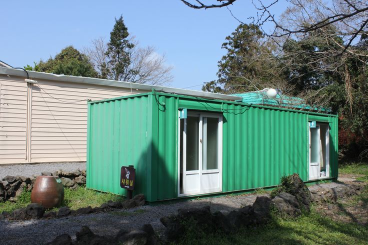 삼무 야영장은 초등학교 폐교를  활용한 캠핑장  창고