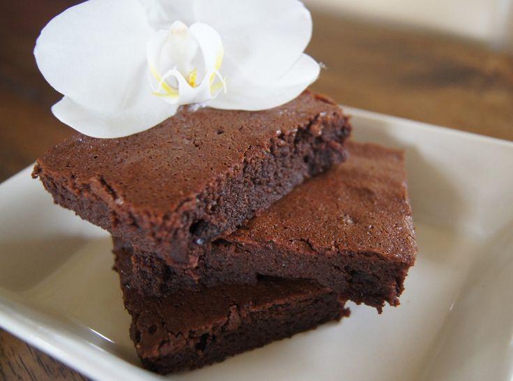 Recept voor Glutenvrije Brownies van rijstmeel zonder geraffineerde suikers. Volle chocolade smaak zonder boter. Bekijk het recept hier!