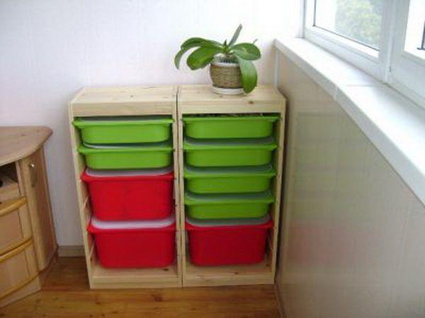 Практичные и стильные шкафчики на балконе