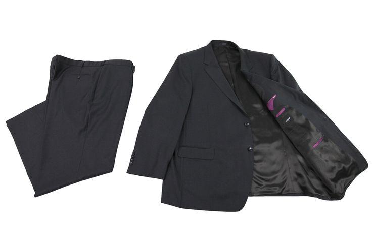 Garnitur marki Vesari koloru czarnego. Czarna podszewka z fioletowymi wykończeniami kieszeni wewnętrznych. Skład: 70% wełna 30% poliester