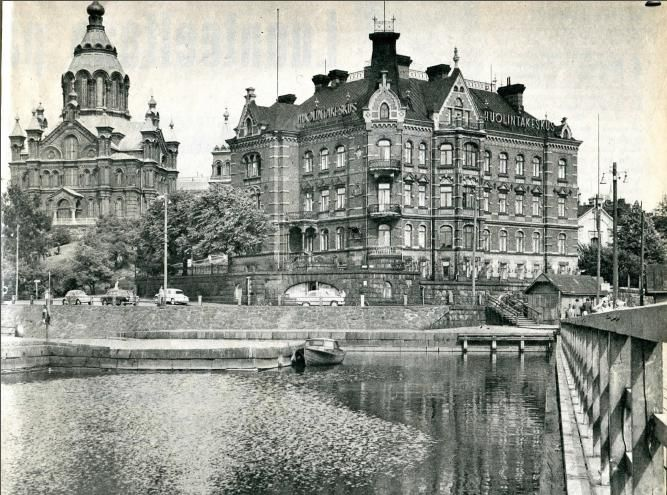 Uspenskin katedraali (1862–1868, Aleksei M. Gornostajev) ja Norrménin talo (1897, Theodor Höijer) Kanavakatu Helsinki (purettiin v. 1960).