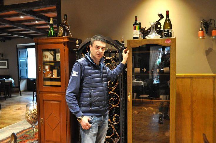 El restaurante Roxy revoluciona cada febrero su oferta de vinos, 6.000 botellas y 450 referencias que vende al precio que los compró, con grandes añadas de vinos únicos (desde Petrus y Lafite a Pingus yVega Sicilia) a precios más baratos incluso que en la bodega