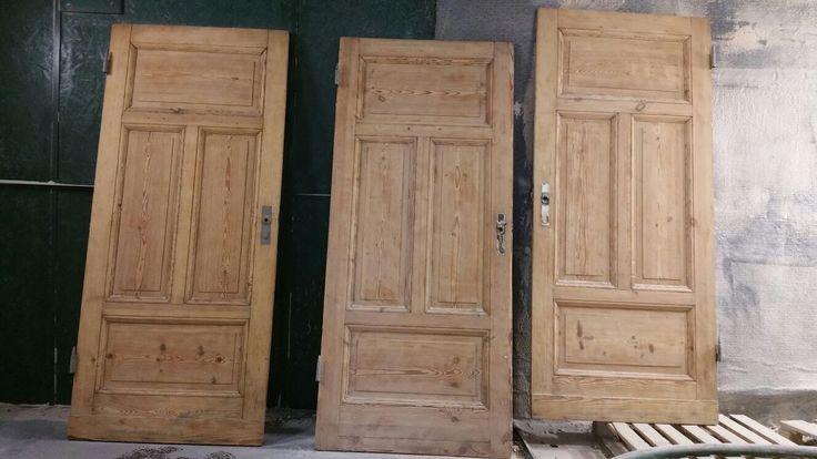 DRZWI DREWNIANE - nie wyrzucaj starych drzwi !  Ich urok po renowacji jest niepowtarzalny. Ludzka wyobraźnia jest nieograniczona, jeżeli chodzi o ich późniejsze wykorzystanie... W internecie można spotkać niesamowite pomysły zastosowań: jako przesuwane na prowadnicach, jako stoły pod szkłem, jako wezgłowie łóżek i wiele innych :)  Sodowaniem oczyścimy stare drzwi szybko i delikatnie - SPRÓBUJ @sodowanie_szczecin #sodowanie #sodowaniedrewna