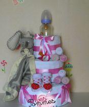 www.mespommesdamour.fr cadeau naissance, Baby-Shower,  le gâteau de couches Dumbo de disney,à personnaliser au prénom du bébé. 52 couches Pampers (taille au choix), 1 paire de chaussons rigolos, 3 paires de chaussettes, 1 biberons Bébé confort, 1 tétine assortie