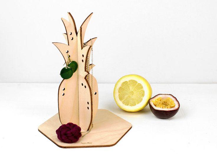 Ce présentoir à bijoux en forme d'ananas est une création de Reine Mère, une marque engagée qui propose de beaux objets de décoration éthiques, responsables et durables, tous fabriqués en France.