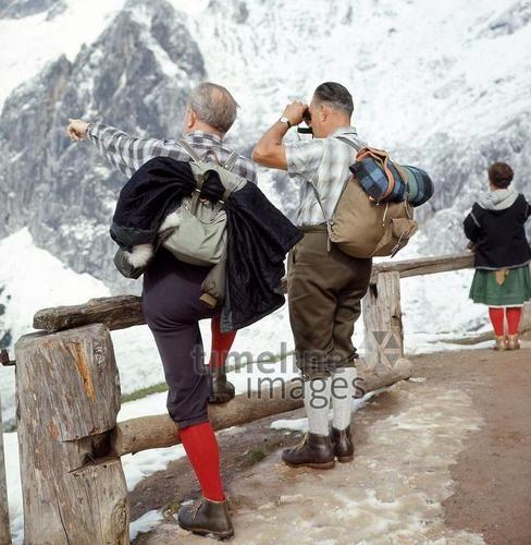Bergsteiger am Hohen Dachstein in Österreich, 1968 Juergen/Timeline Images #60er #60s #1960er #1960s #Gletscher #Bergsteiger #wandern #Alpen #Alpinismus #Fernglas