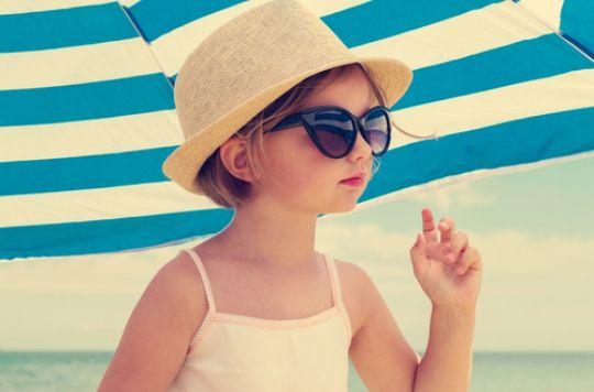 La crème solaire offre une protection plus élevée que le parasol contre les coups de soleil, selon une étude..