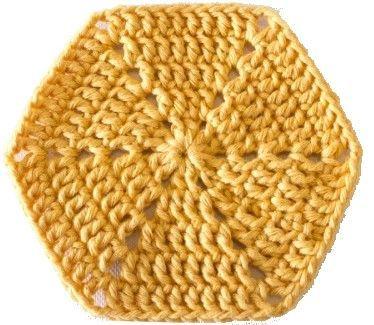 Een hexagon of zeskant haken:      Stap 1  Begin met een magische ring  en haak 2 lossen (telt als 1 stokje), haak 1 stokje in de ring. ...