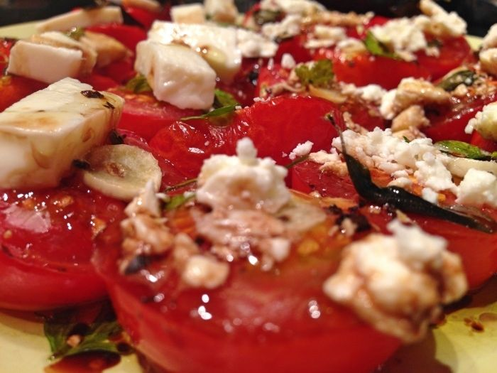Ofentomaten mit Knoblauch, Mozzarella oder Ziegenkäse - vegetarisch / oven roasted tomatos with garlic, mozzarella or goat cheese.