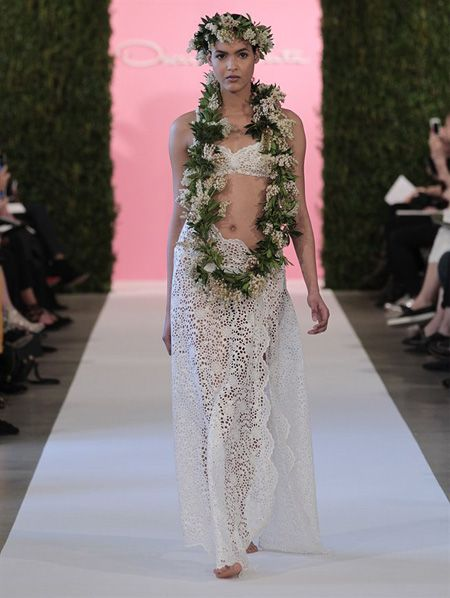 Oscar de la Renta a dévoilé un modèle de robe de mariée d'inspiration hawaïenne avec un crop top en dentelle.
