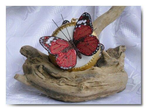Med. Con farfalla rossa