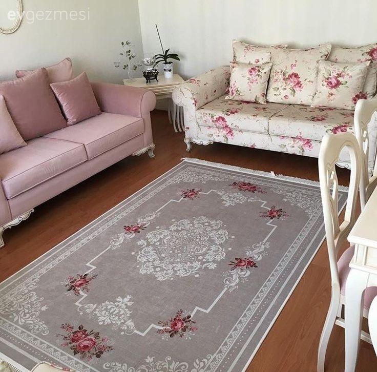 Çiçek desenlerin ruha iyi gelen, hayat dolu havası, Esra hanımın evinin pek çok köşesinde kullanılıyor. Halı ve koltuklarında farklı desenlerin uyum sağlarken, çiçek detaylı çerçeveler ve renkli yapay...