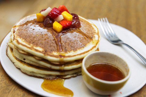 Panqueca americana com banana e mel: receita pode ser feita com chocolate ou outras frutas.