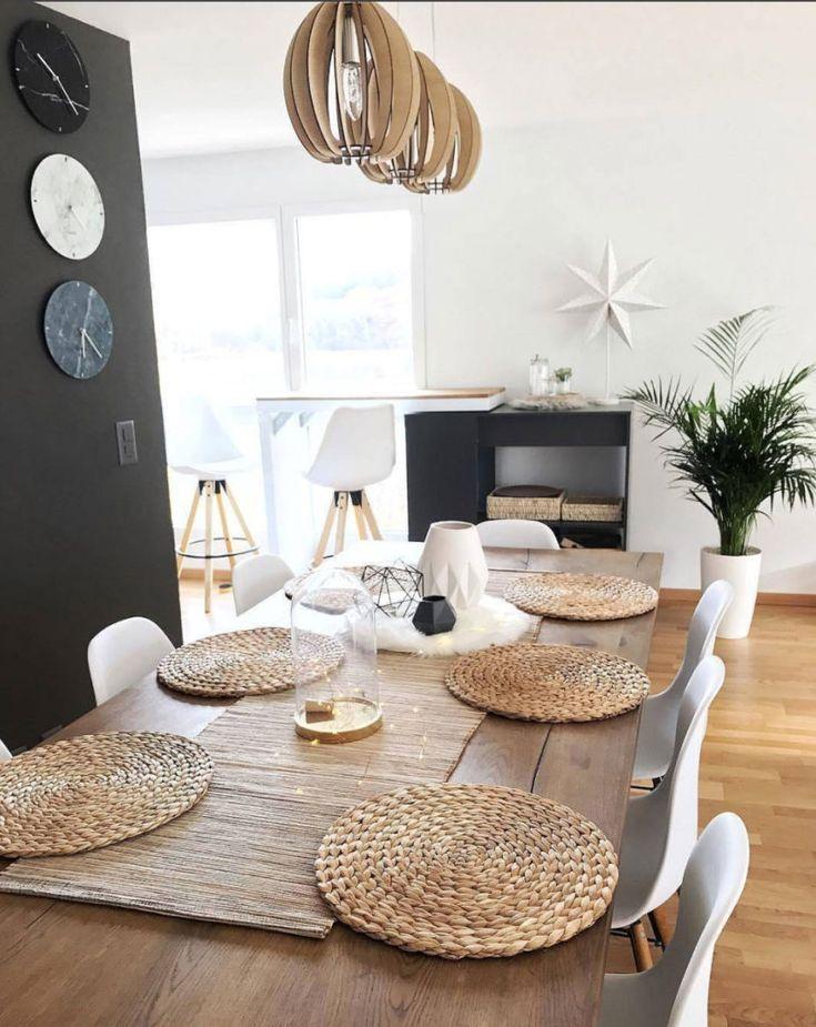 Aimer cette suspension triple abat jour en fines lamelles de bois en harmonie avec  l'esprit scandinave de la salle à manger...