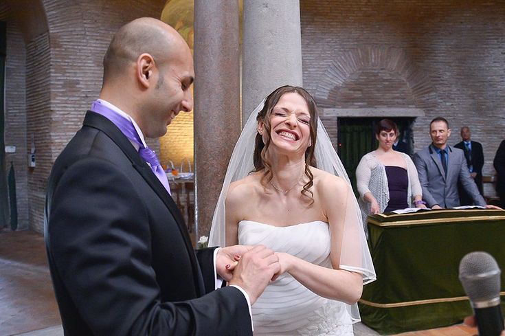 La sposa se la ride durante lo scambio degli anelli... :) | Bride laughing during vows and rings exchange