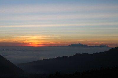 Menunggu matahari terbit di timur Bromo