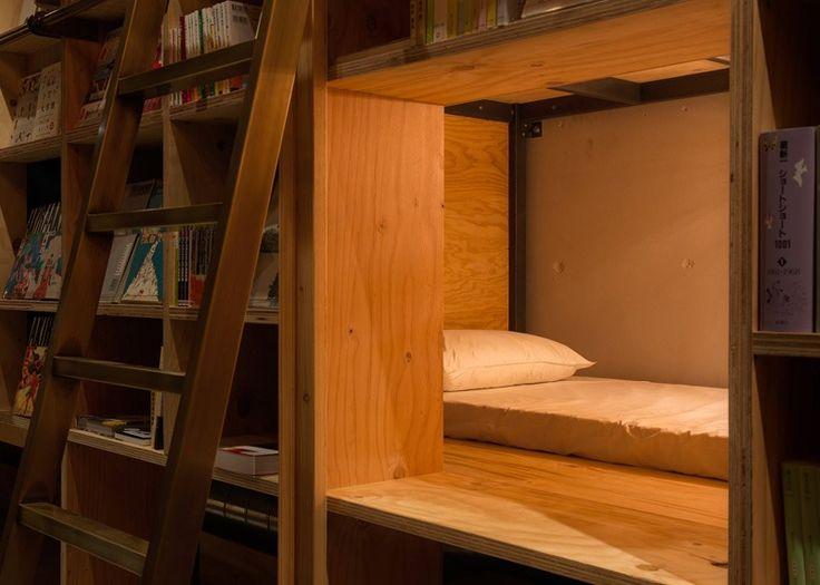 Wohnen auf Zeit -hostel-tokyo-bett-schlafplatz-leiter-bibliothek-buecher-regale