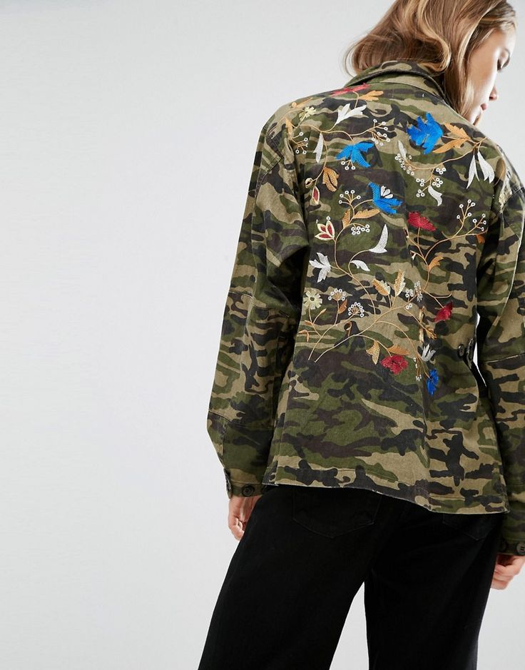 ¡Cómpralo ya!. Chaqueta de camuflaje Bello de Gestuz. Chaqueta de Gestuz, Tejido de algodón de camuflaje, Cuello italiano, Tapeta con botones de presión, Bordados en la parte posterior, Bolsillos funcionales, Corte holgado, Lavar a máquina, 100% algodón, Modelo: Talla UK S/EU S/USA XS; Altura de 179 cm/5'10,5. ACERCA DE GESTUZ Launched in 2007 by Sanne Sehested Nielsen and Lene Boesen, Danish label Gestuz combine crafted knitwear, cool leather pieces and statement dresses in clean silho...