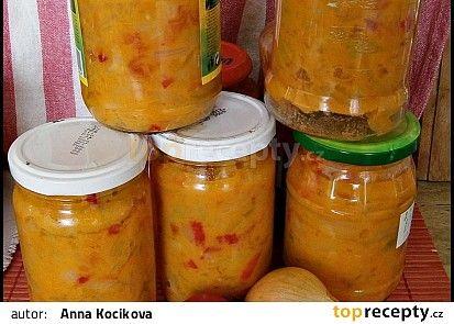 Lečo bez zavařování-1 kg cibule 1 kg čerstvých paprik 1 kg rajčat 200 ml oleje 200 g hořčice plnotučné 35 g soli 35 g cukru. Zeleninu si očistíme a nakrájíme na kolečka nebo jak jsme zvyklí, rajčata je možno oloupat, dáme do hrnce olej a vsypeme cibuli a papriky, podusíme pod poklicí-pustí dostatečně tekutiny. Potom přidáme rajčata, opět podusíme, osolíme a osladíme, nakonec dáme malý tj. 200 g kelímek hořčice a opět provaříme. Ještě vroucí plníme do sklenic, zavíčkujeme a postavíme dnem…