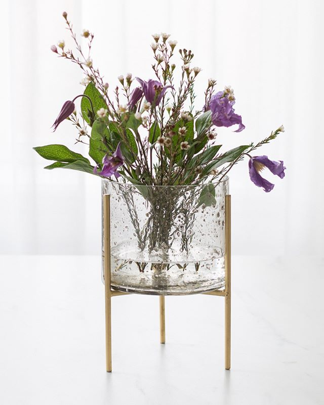 Anna Loves To Display Seasonal Flowers In The Sisters Glass Vase Which Can Also Be Used As A Flowerpot Fleurs En Verre Fleurs De Saison Decoration