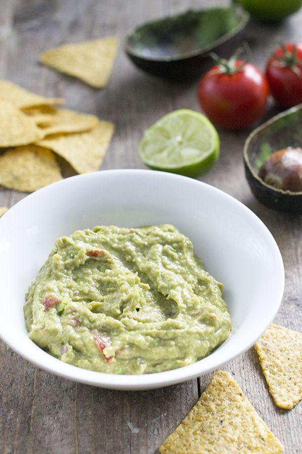 Basisrecept om de lekkerste guacamole te maken. Met tomaat, ui en limoensap. Guacamole eet je bij nacho's, maar ook bij wraps en burrito's is het lekker.