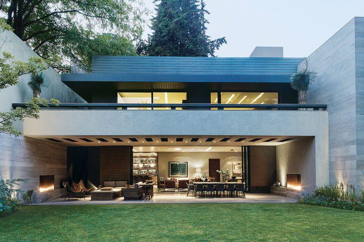 Una vivienda en la Ciudad de México, privilegiada por su atmósfera calma y su arquitectura depurada y potente.