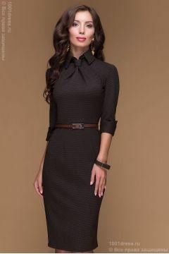 Шоколадное платье-футляр в мелкий горошек с имитацией галстука