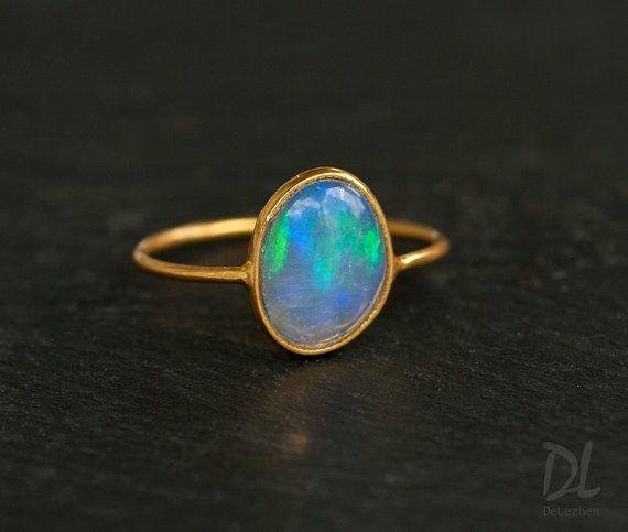 Ópalo etíope - octubre Birthstone anillo - anillo de piedras preciosas - anillo - anillo - oro anillo de ópalo de fuego - anillo de ópalo de apilamiento  Anillos del ópalo etíope natural. Disponible en 18K oro lleno. Por favor acercarse a la última foto para ver las piedras y tamaños disponibles.  Este listado está para el siguiente 1 (uno) anillo:  ✦Gemstone: ópalo etíope. Cada piedra tiene un brillo único. Tamaño ✦Stone: desde 8-10 mm ✦Metal: lleno de oro de 18 K.  * Cada artículo es…