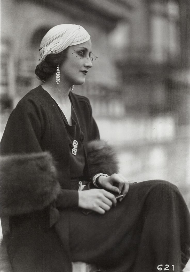 Young woman wearing a hat by Gyne, Longchamp, 1933; Photo by Seeberger brothers