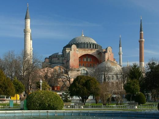 Ayasofya, Türkiye    6'ncı yüzyılda sadece 5 yıl gibi kısa bir sürede inşa edilen 56 metre yüksekliğinde 31 metre genişliğinde eşsiz bir kubbeye sahip bu devasa yapı Bizans zamanında kilise, Osmanlı zamanında cami olarak kullanıldı. 1932'den beri de bir müze.