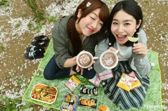 Latte Picnic! Let's have some delicious lunch and fruit together with the cute latte art ♡ #japankuru #japankuru #100tokyo #tokyo #cooljapan #takaratomy #kiddyland #harajuku #decolatte #latte #coffee #rilakkuma #ueno #sakura #cherryblossom #picnic #spring