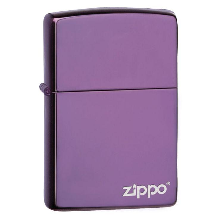 Яркая бензиновая зажигалка Zippo из цветной серии классической формы с уникальным матовым покрытием фиолетового цвета: на стандартную латунную поверхность наносится порошок путем спекания. В нижней части изделия имеется брендовый логотип.ОСОБЕННОСТИ:Вся продукция Zippo